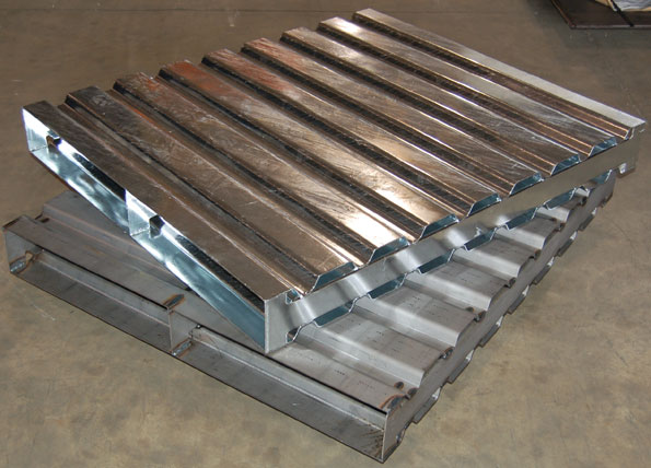 Industrial Containers / Topper Industrial / Steel Pallets